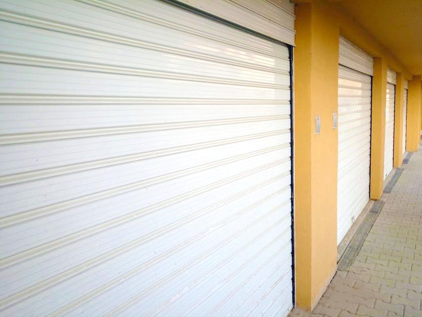 Бели ролетни гаражни врати - стомана
